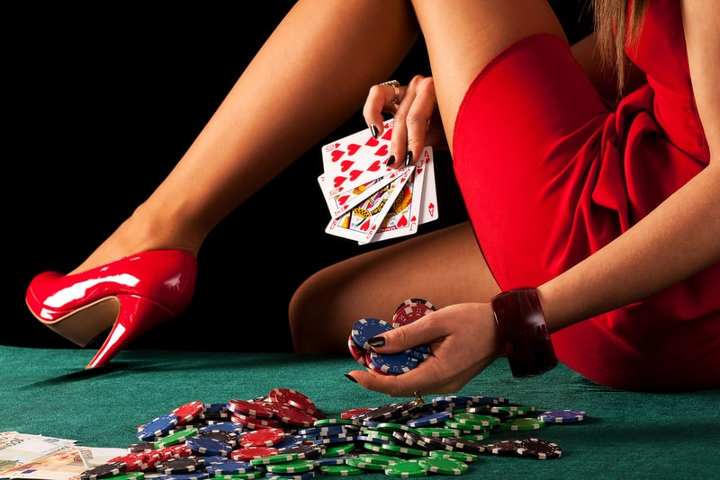 If you choose free play games at mobile online casinos, you are not risking your money and additionally, enjoying the fun!